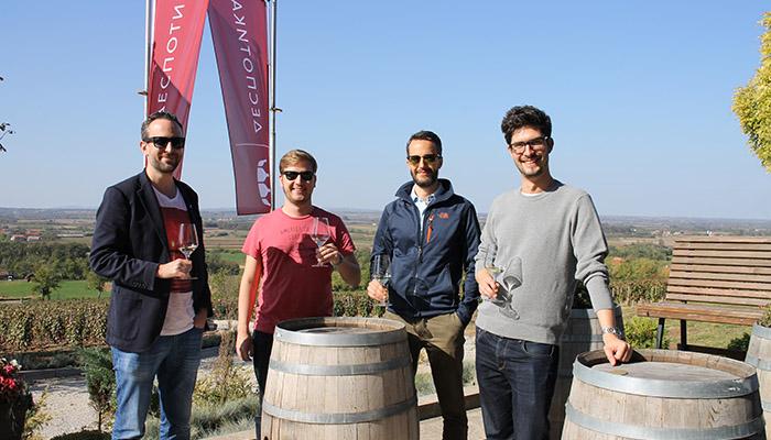 Četiri momka degustiraju vina Šumadije na terasi.