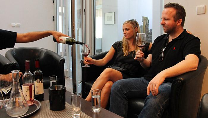Momak i devojka uživaju u degustaciji vina Šumadije.