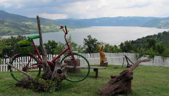 Putovanje po Srbiji, Kapetan Mišin breg, dvorište restorana sa pogledom na Dunav