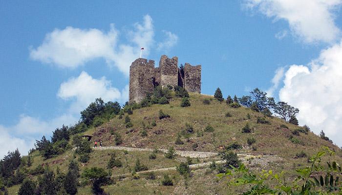 Tvrđava Maglič na vrhu brda